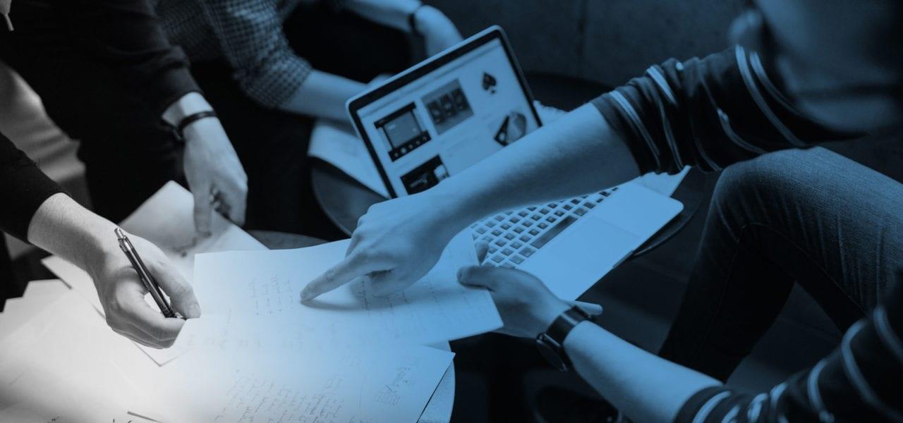 digital strategi företag - bild på dator och människor